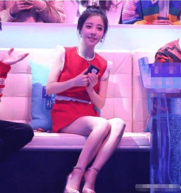 """为何吴京""""劝女孩不要进娱乐圈""""?看到冯提莫这组图,瞬间懂了!"""