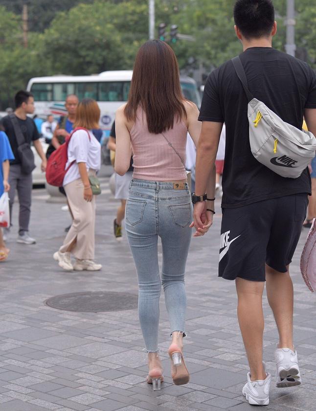 粉色小背心配蓝色牛仔裤,有这样的女友,小哥是不是痛并快乐着?