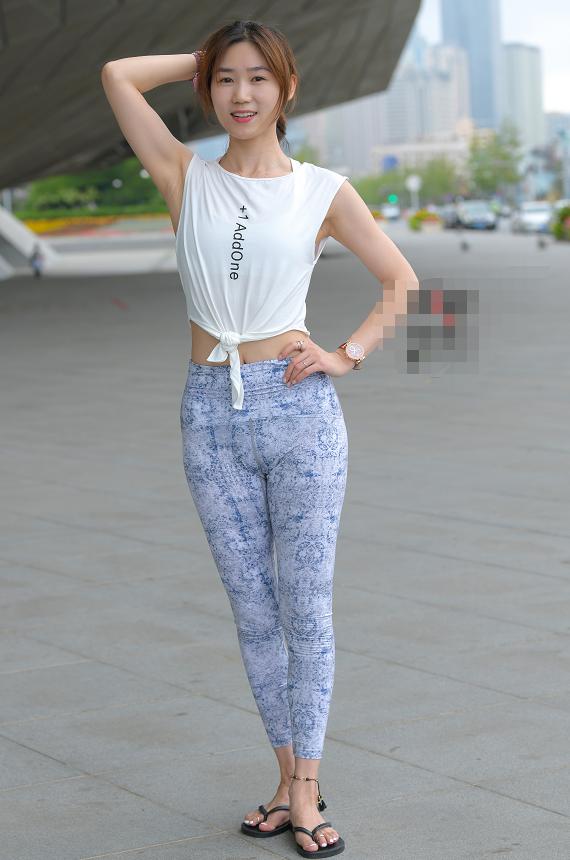 气质淡雅的瑜伽小姐姐,简单的穿搭,就有独特的美感