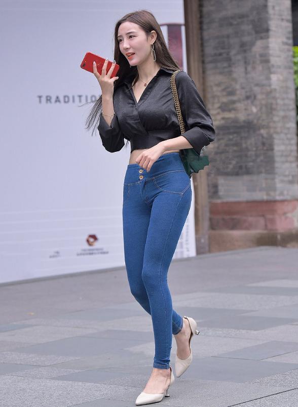 温柔治愈型的时尚御姐范儿,与紧身牛仔裤也是绝配的