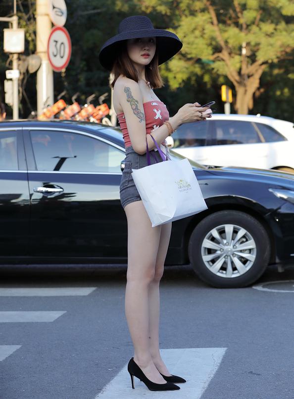 能不能看出来吸睛的是鞋子还是完美的腿型?