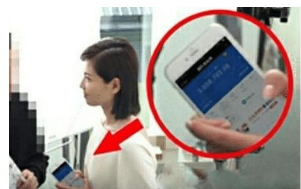 """刘涛现场玩手机不慎暴露""""账户余额"""",显示的数字,让网友懵了"""