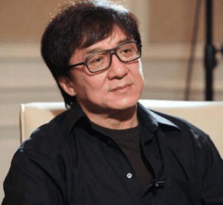 40年前原来成龙和徐锦江一样,拍过那种电影,被问起还是很心酸