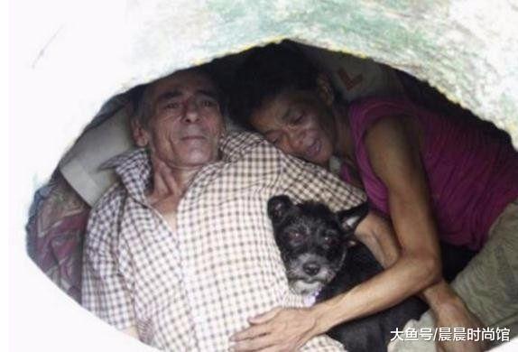 住在下水道的夫妻, 已经二十几年, 与一条狗相依为命