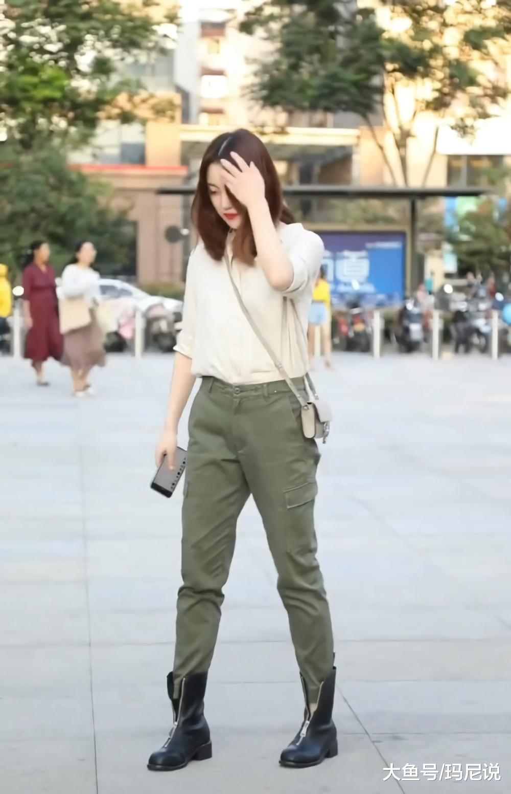 原来工装裤不仅搭老爹鞋帅气,搭小黑靴更有潮范儿,想低调都不行