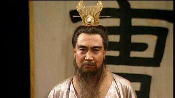 蔡文姬初嫁丧夫,被抢入匈奴后生育二子,为了救丈夫光脚散发跪曹操