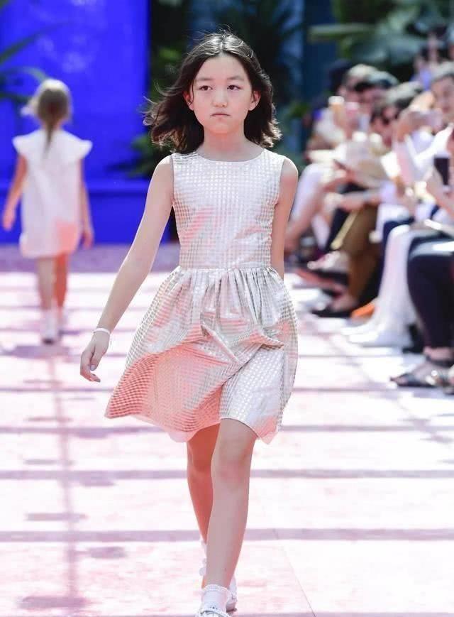 王菲女儿李嫣用了几百万做手术后,自信拍封面照,还有人说丑