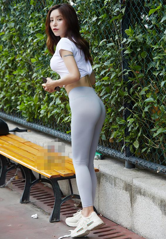 运动范儿也能穿出优雅美,知性美女的午后时光