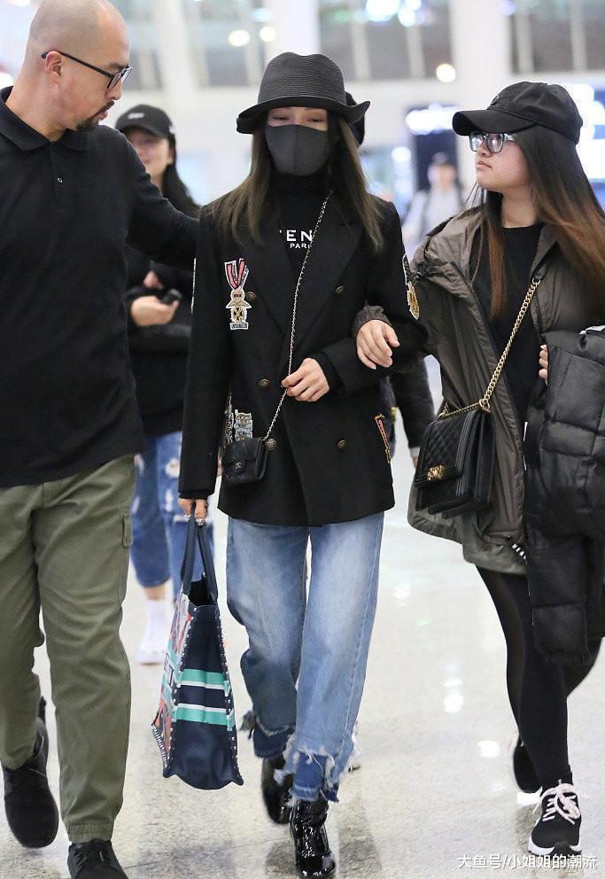 张韶涵不过走机场套了2条牛仔裤,158cm瞬间变168cm,这3万花值了