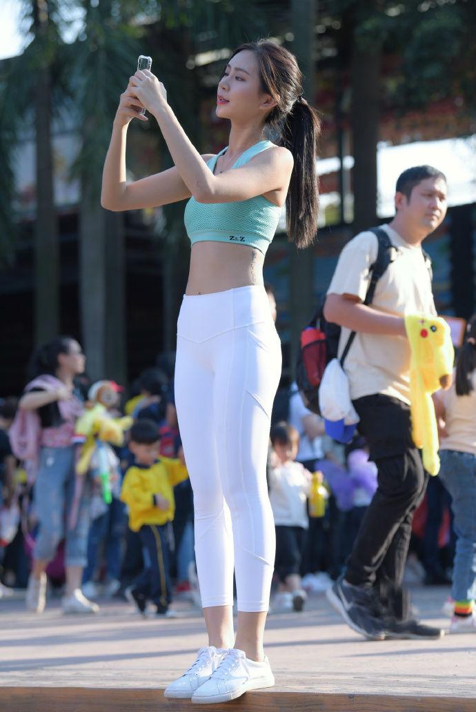 高颜值美女运动范儿穿搭时尚靓丽,只是少了点儿专属美感