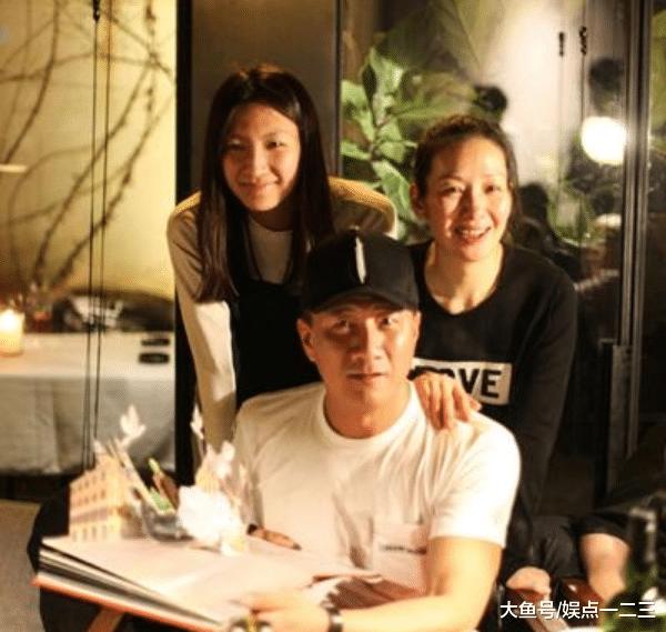 51岁胡军庆贺死日,儿子康康和女儿碰脸了?网友:绝对亲姐弟