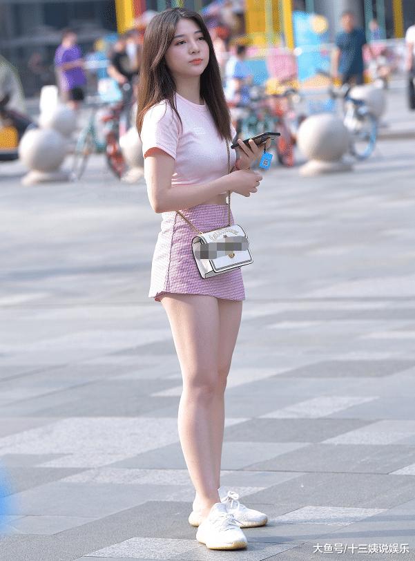 美女这种独特的穿鞋方式,你能接受吗?
