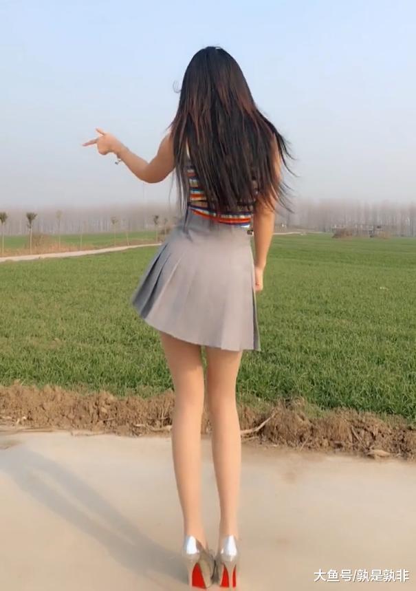 美女背影囹�a�/)9�'_麦田边的高跟丝袜美女,展露清新\