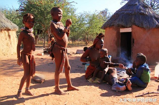非洲最奥秘的部降,女子一死不穿衣服,不洗澡,还将泥巴往身上涂
