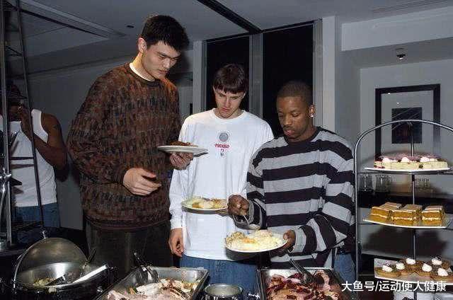 篮球手艺好, 能打也能吃! 周琦一顿两斤牛排还不敷, 林书豪饭量是通俗人3倍