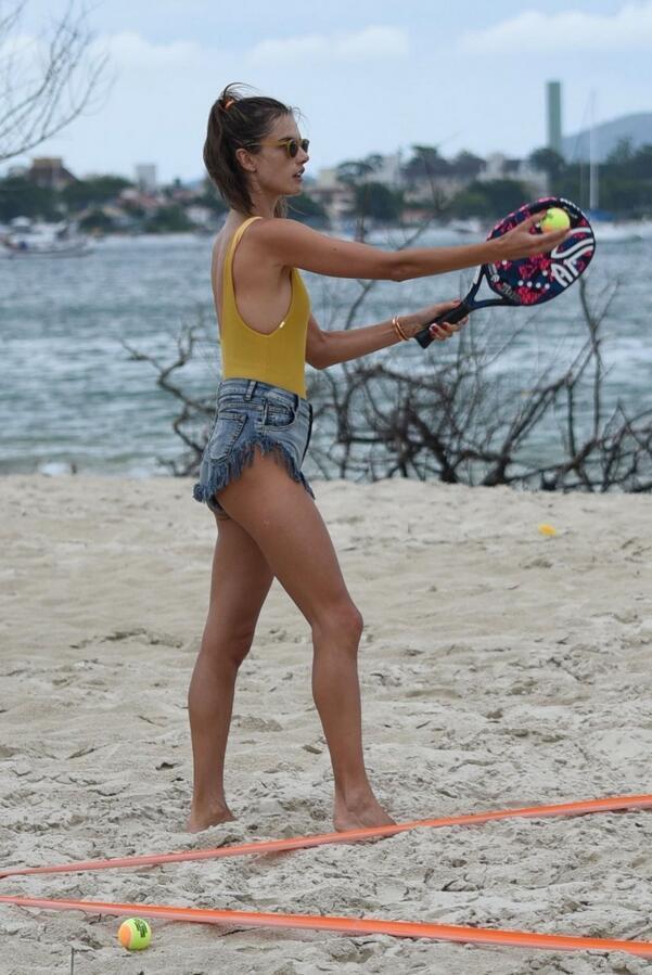超模亚历桑德拉·安布罗休现身巴西海滩, 她看起来很开心