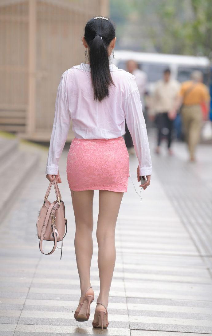 旗袍短裙下的丝袜美腿,美女这样的装扮着实亮眼