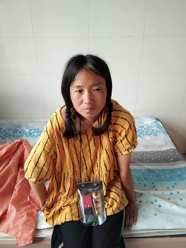 朝阳建平县救助站:青年女子被救助,穿黄色上衣、黑色裤子