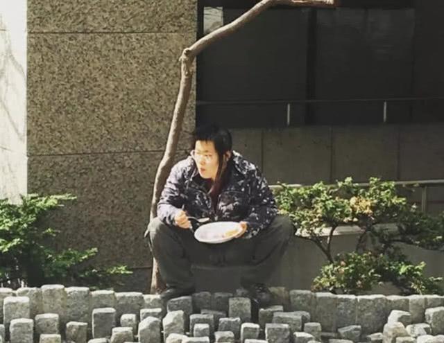 毕福剑女儿蹲马路吃饭超豪迈,网友直呼流浪汉既视感
