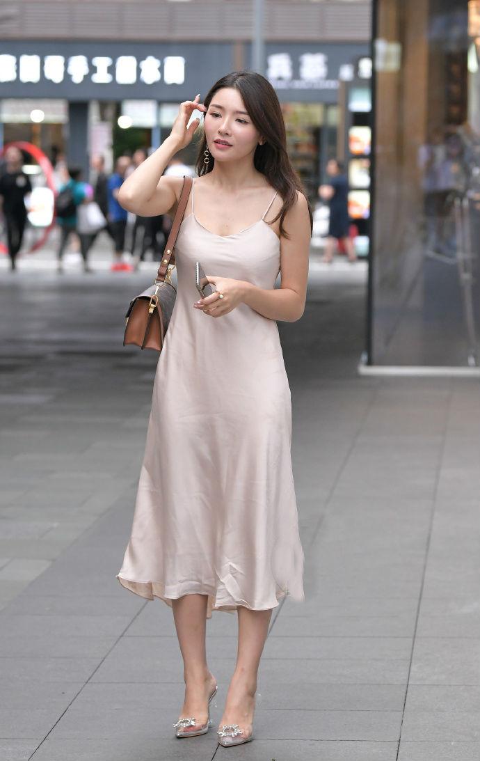 简单的素色长裙,最能彰显优雅气质