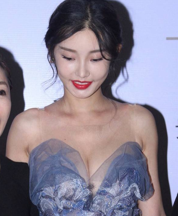 """童菲有多撩人,大胆挑战""""3D隐形裙""""礼服,网友:30岁的样子太绝了"""