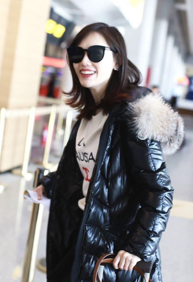 马蓉一身大牌现身机场,皮肤白皙透亮,笑的合不拢嘴!
