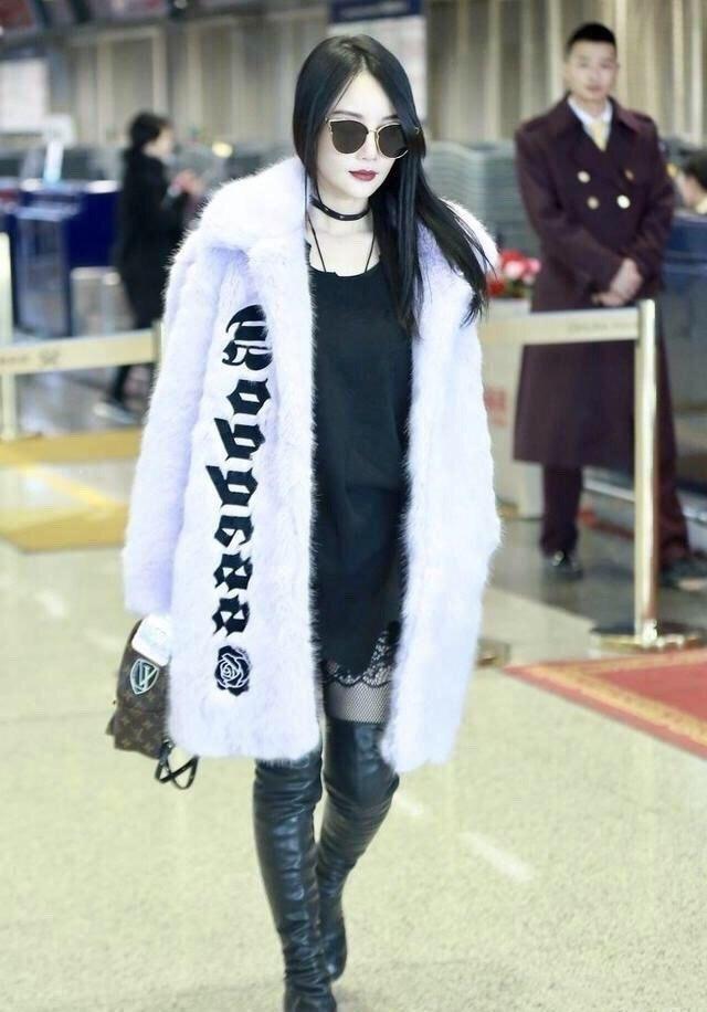 """李小璐离婚后太开放,皮草配黑丝""""土味""""走机场,白皙皮肤脸太僵"""