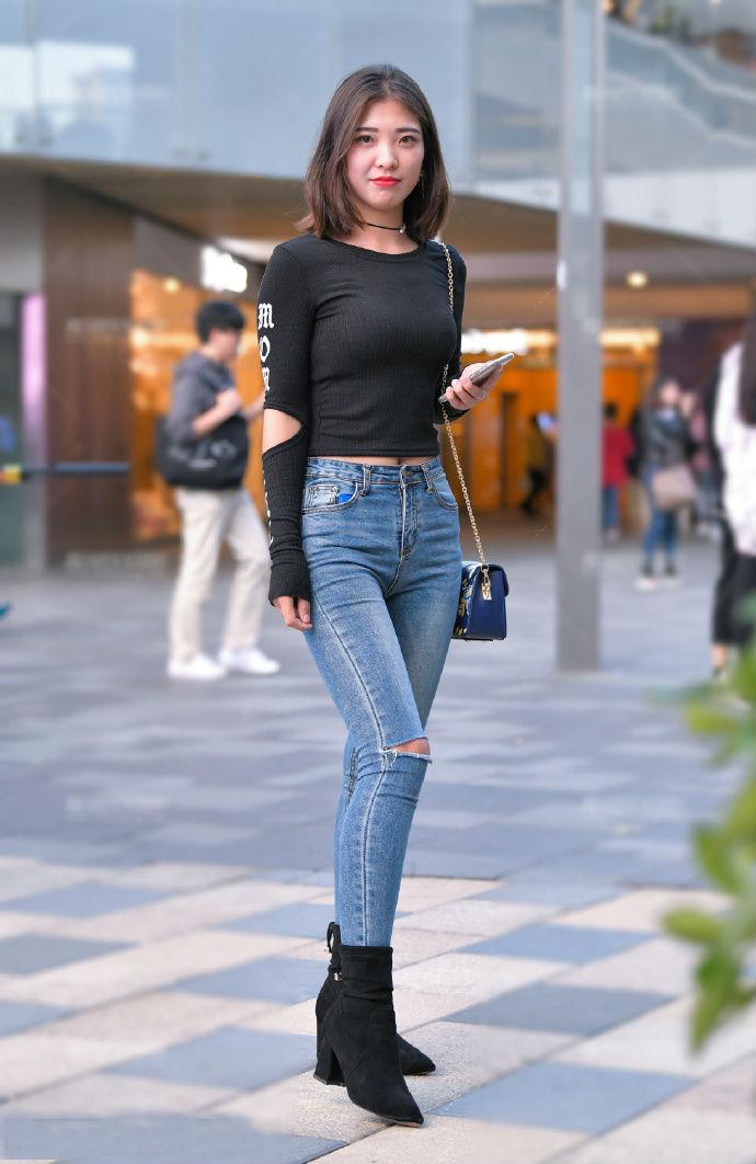 破洞牛仔裤比较常见,这种风格的衣袖还挺新潮