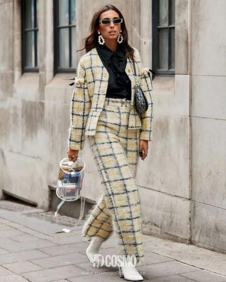 手拎一个透明圆柱形包袋就够抢镜啦,搭配的格纹套装时尚感飙升!