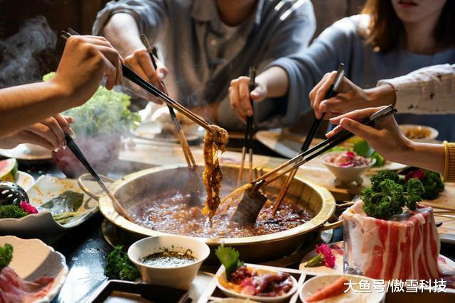 """吃暖锅时,盘子上垫着的""""死菜""""能不克不及吃?同伙的话让我更纠结!"""