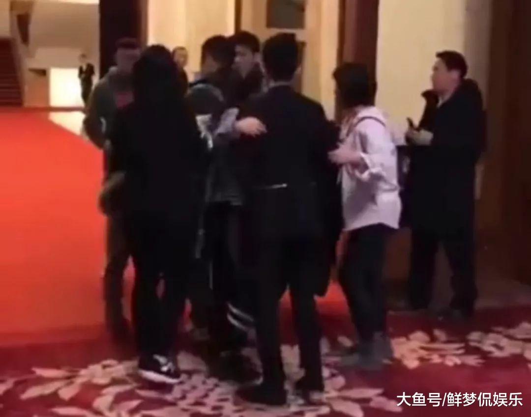 王源冯绍峰活动门口因拍照被堵, 男子还大言不惭: 谁让你是艺人啊