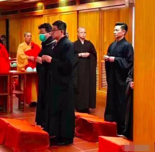 刘德华穿法袍现身寺院, 表情看上去很严肃, 妻子朱丽倩愁容满面