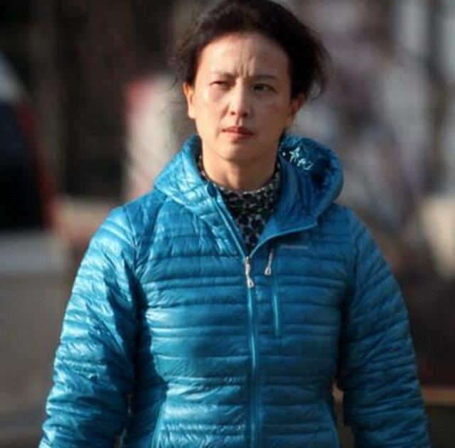 她曾是中国一级演员,退出国籍后,在美国素颜外出被拍