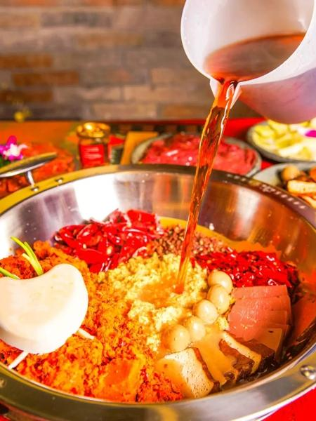 重庆隧道暖锅店凭一碗鸭血又火了, 网友: 鸭血还能如许吃