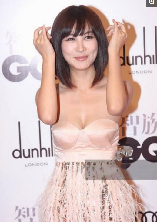 """32岁李菲儿太撩人了,大胆挑战""""3D液体裙""""礼服,网友:黄晓明眼光真毒"""