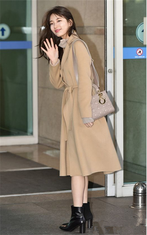 裴秀智看秀后低调回国,黑色西装搭配A字裙,韩国女生真会穿!