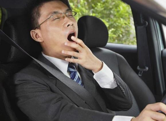 开车犯困怎样办?老司机教您一新办法,人人合用,开车倍有精力