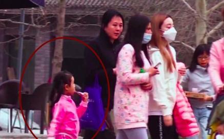 李小璐跟闺蜜一路逛街,苦馨紧跟死后被疏忽,吃着棒棒糖很心爱