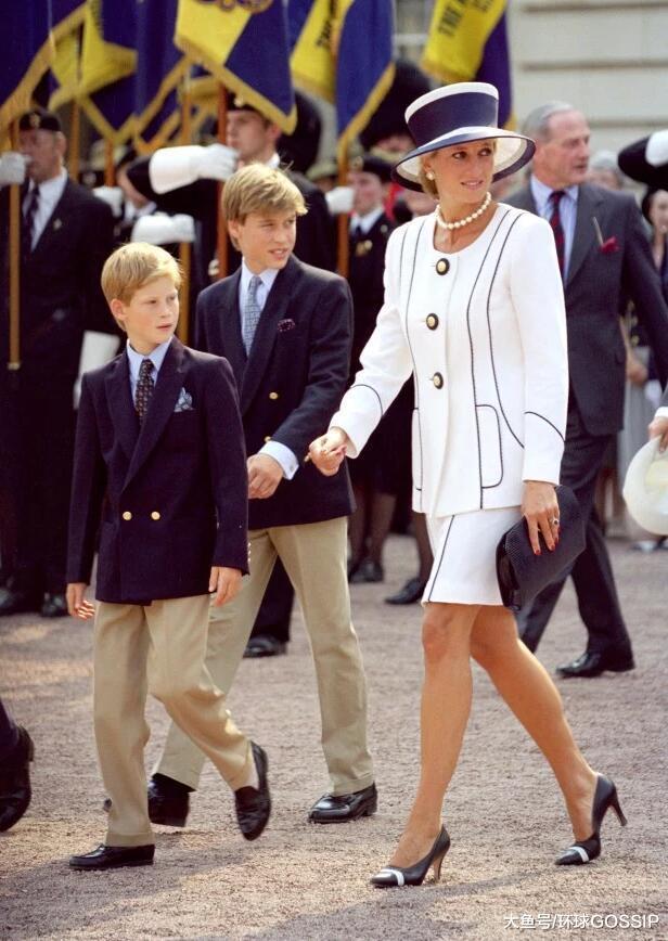 四套衣服和梅根着装颇为相似,美国第一夫人在尝试梅式时尚?
