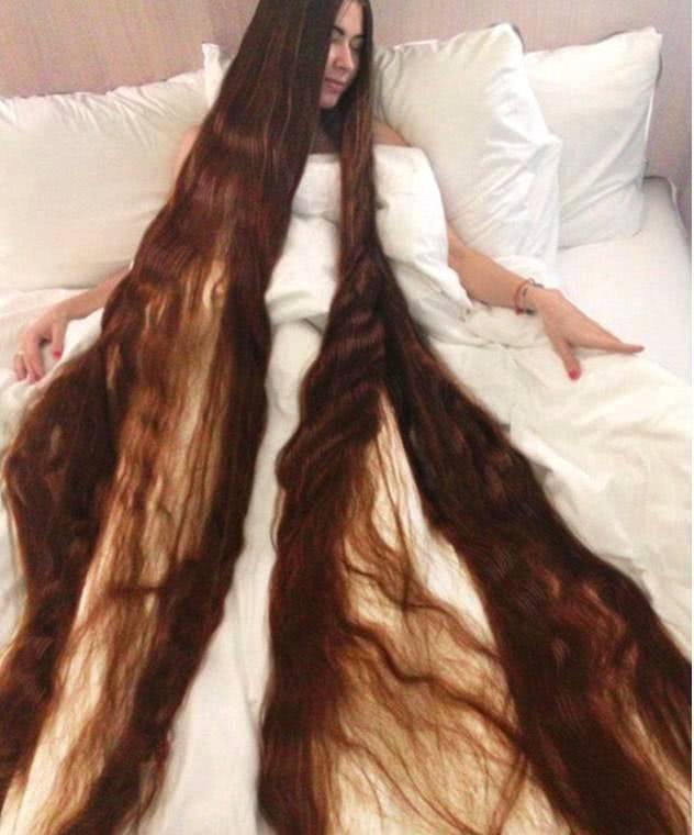国外女子15年不理发, 丈夫甘愿每天帮她洗头, 真相让大家无语