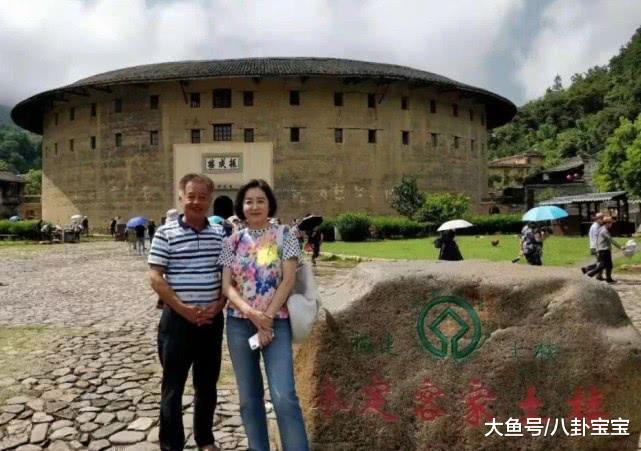 65岁林青霞参观永定土楼,素颜没有打扮,大家不敢相信她是真人
