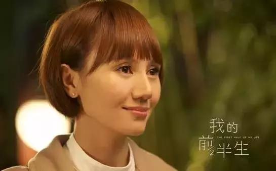 42岁袁泉机场基础穿搭意外走红,针织衫搭配紧身裤,秒变22岁少女