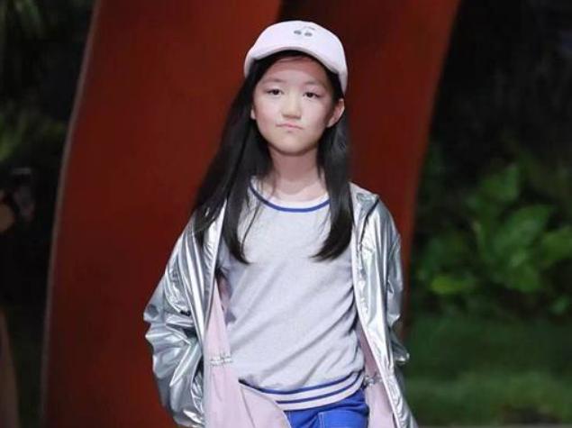 王菲13岁女儿深夜和朋友K歌蹦迪,穿衣大胆引热议,网友:不敢看