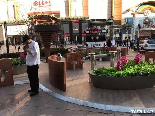 王府井大型露天吸烟区遭质疑:实为烟草企业所建 违反控烟条例