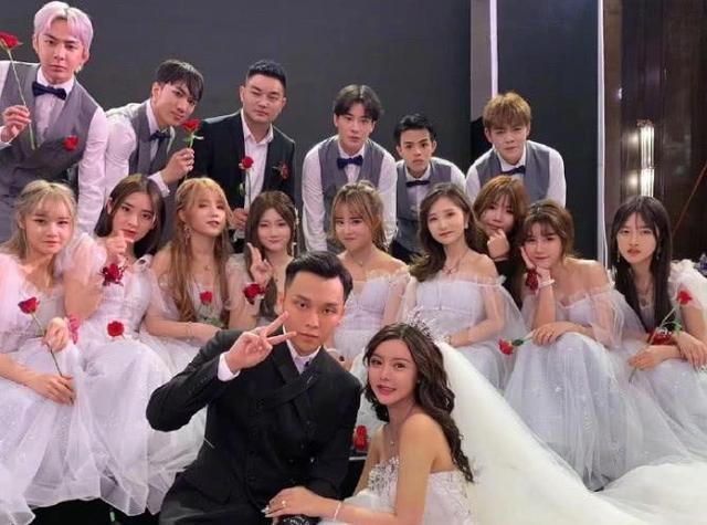 为给韩安冉送祝福,各大网红现身婚礼现场,被说丑后集体素颜直播