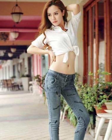 时尚的牛仔裤休闲舒适,让你显得格外自信