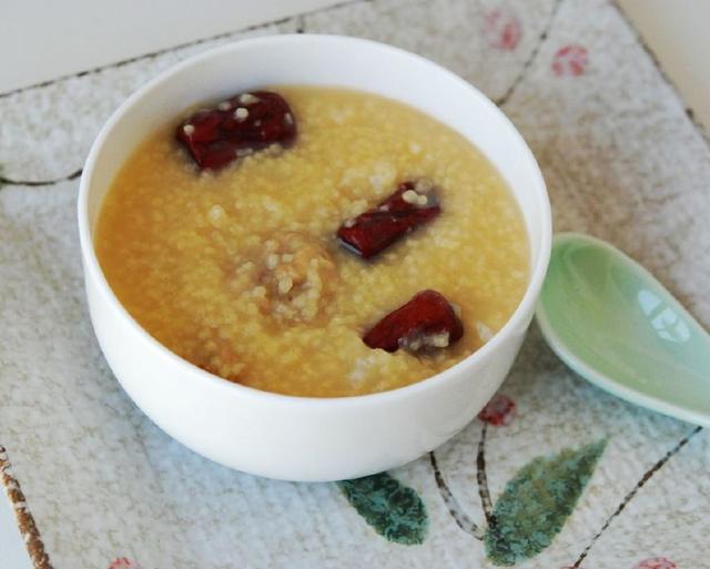 """小米粥的""""小秘密""""这样煮, 香味浓郁又粘稠, 喝了还想喝"""