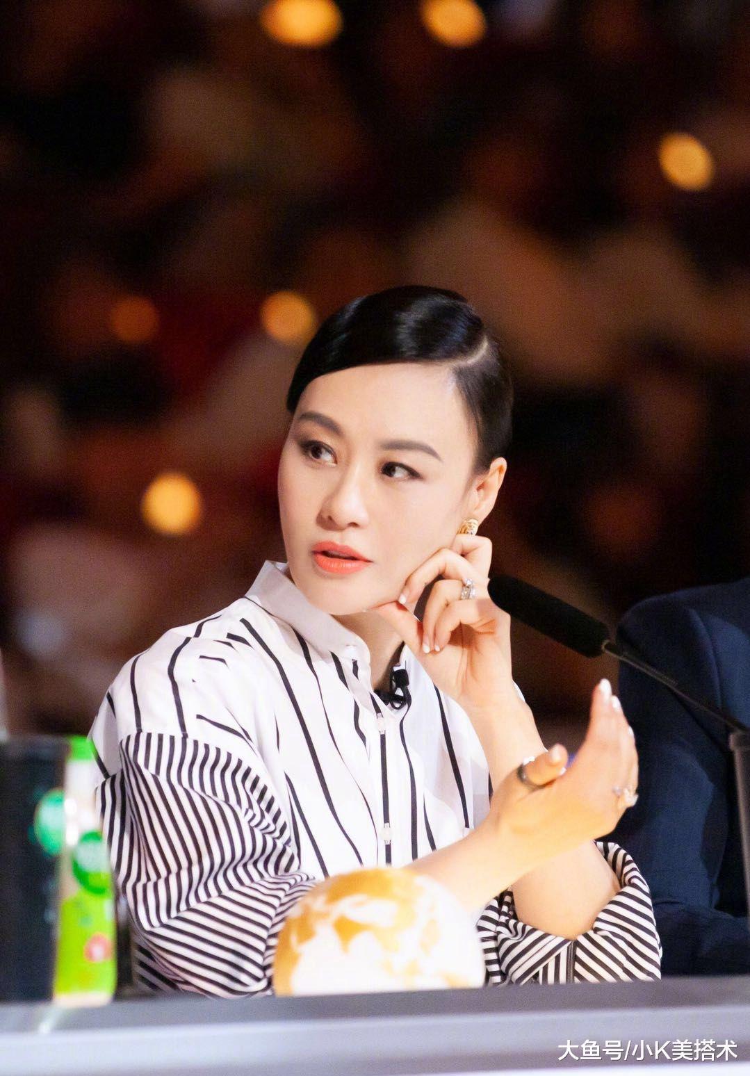 邬君梅新造型撞上戚薇韩雪,条纹衫配纱裙气质减龄,哪像53岁了?