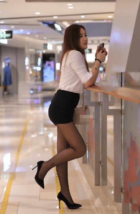办公室女白领,妹子好像扭到脚了,谁去帮她把鞋穿上