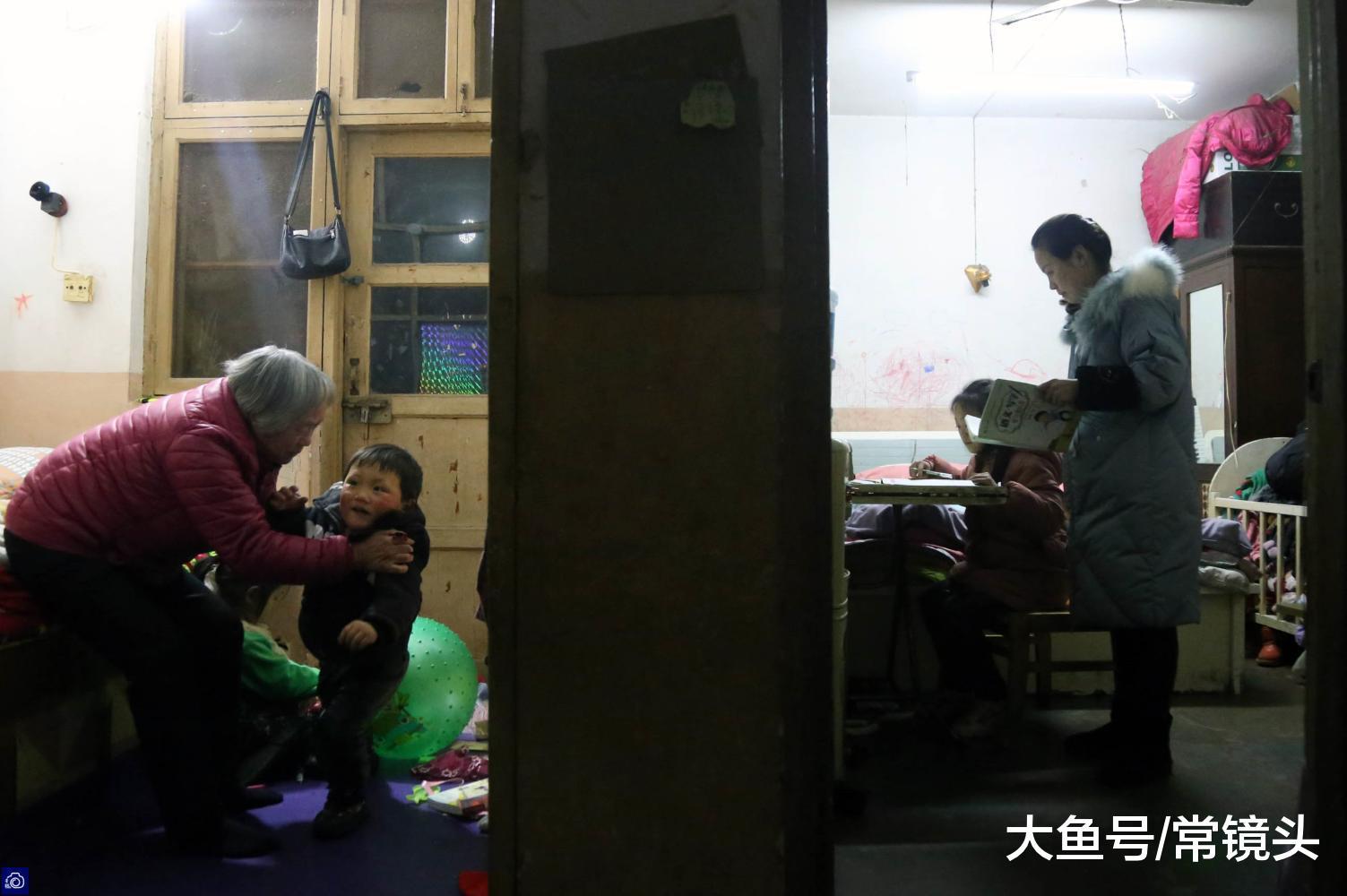 女骑脚一天拼12小时赚钱养家,愧疚伴孩子太少,每天对峙收拥抱
